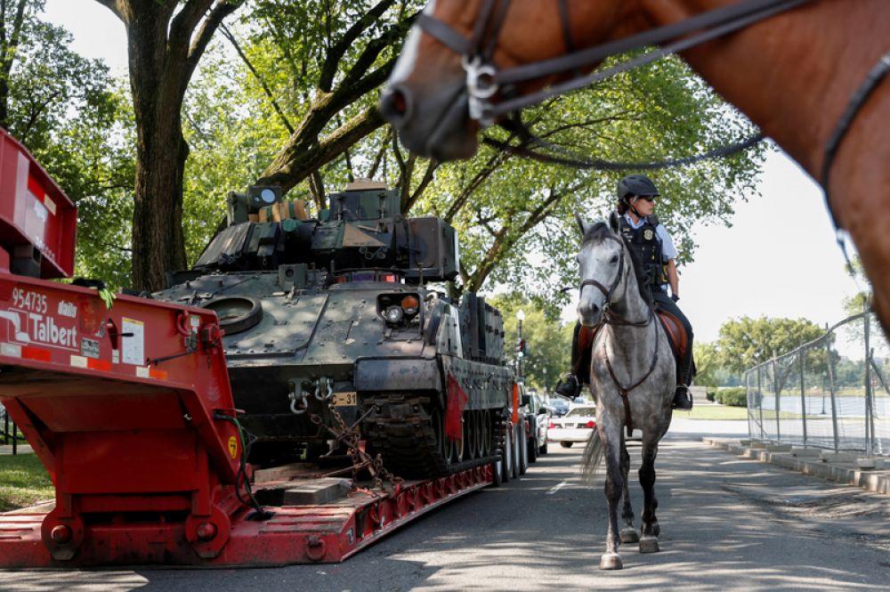 Бронемашины «Брэдли», припаркованные напротив Мемориала Линкольна в Вашингтоне, США, накануне Дня независимости.