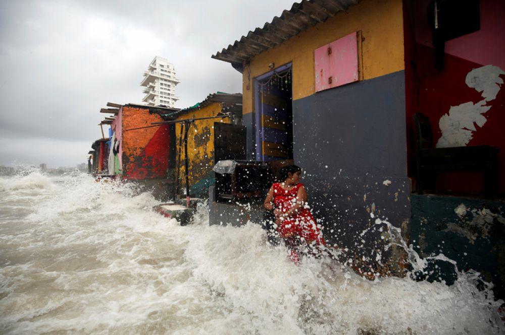 Во время прилива в Мумбаи, Индия.