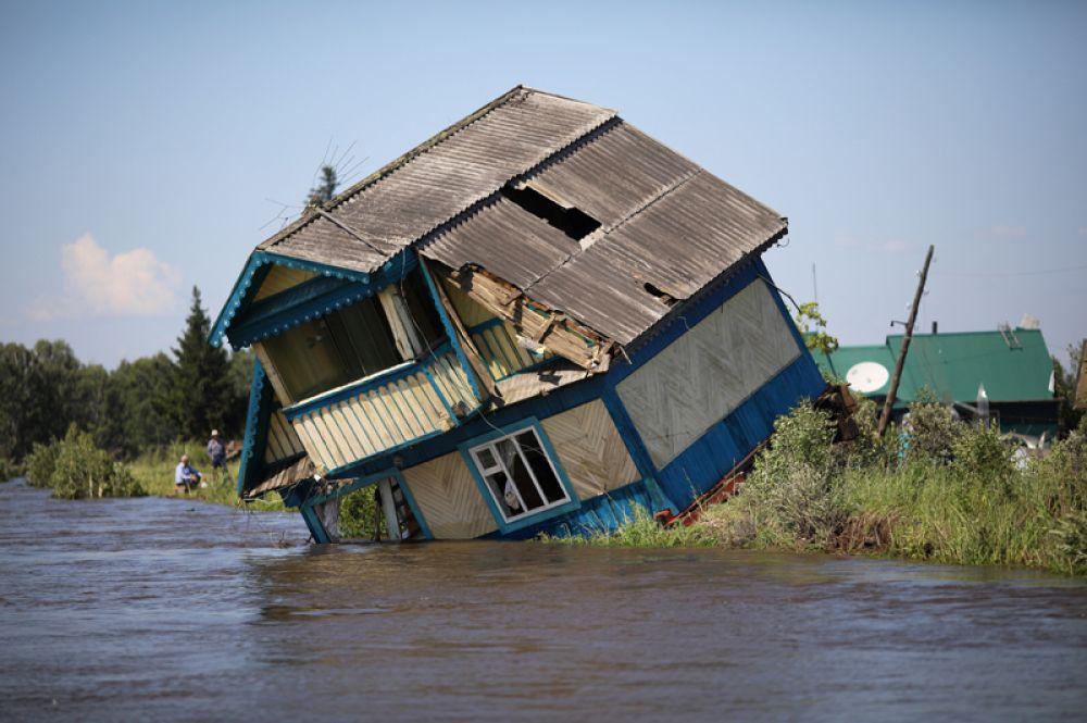 Разрушенный дом в пострадавшем от наводнения Тулуне в Иркутской области, Россия.