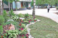 Новую пешеходную зону между улицей Профсоюзной иеё дублёром украсили яркие альпийские горки иоригинальные цветочные композиции.