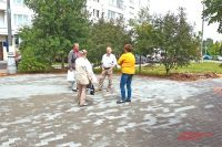 Инициативная группа жильцов обсуждает, как преобразится детская площадка у дома.