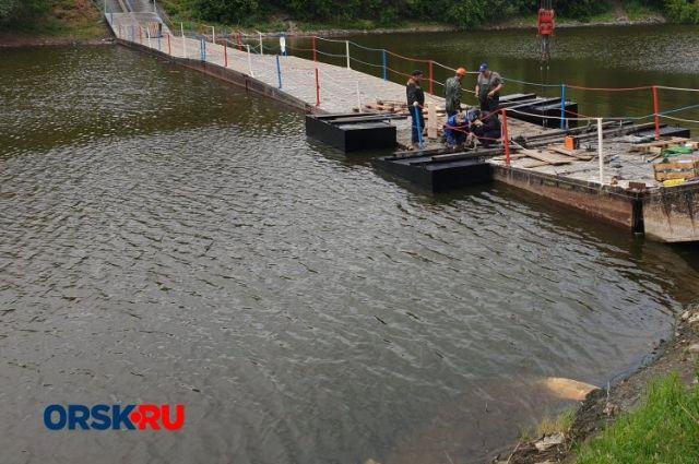В Орске в субботу должны запустить в работу отремонтированный мост в парке Строителей.