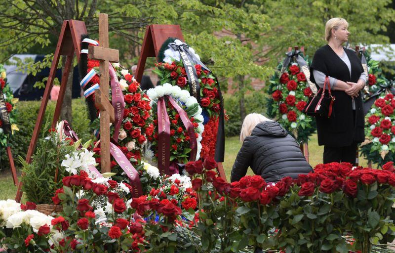 Могилы подводников, погибших на глубоководном аппарате в Баренцевом море, на Серафимовское кладбище в Санкт-Петербурге.