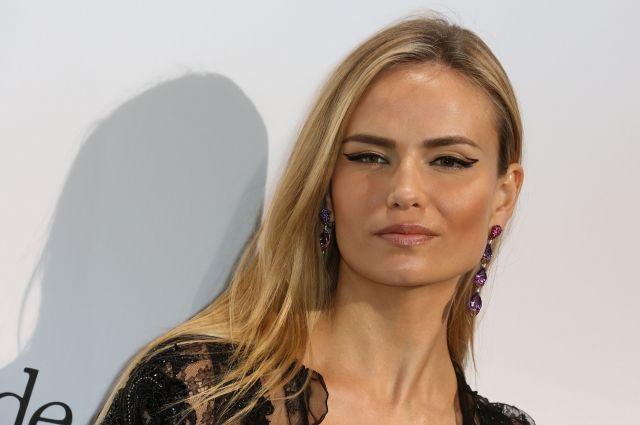 Модель поделилась фотографиями и видео Александры с показа французского модного бренда на своей страничке в сети Инстаграм.