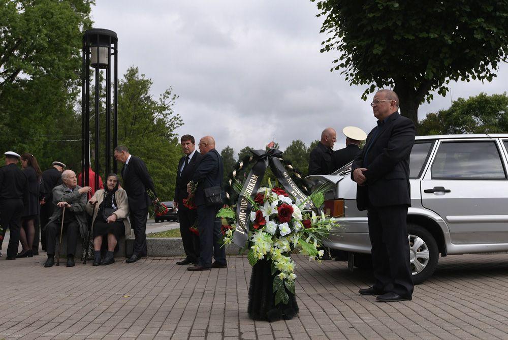 Люди у входа на Серафимовское кладбище в Санкт-Петербурге, где похоронят подводников, погибших на глубоководном аппарате в Баренцевом море.