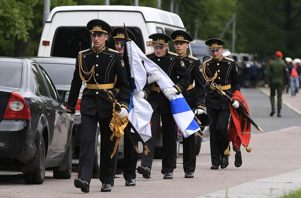 Военнослужащие почетного караула на Серафимовском кладбище в Санкт-Петербурге, где похоронят подводников, погибших на глубоководном аппарате в Баренцевом море.