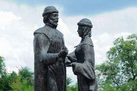 Памятник святым Петру и Февронии Муромским на улице Набережной в Тамбове.