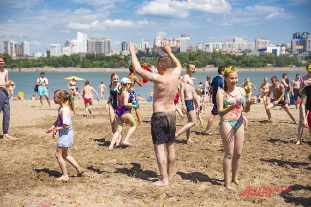Кто-то, не найдя силы на дальнейшую битву, решил сдаться добровольно. Ну, или просто приготовился отбить или принять мяч, играя в пляжный волейбол.