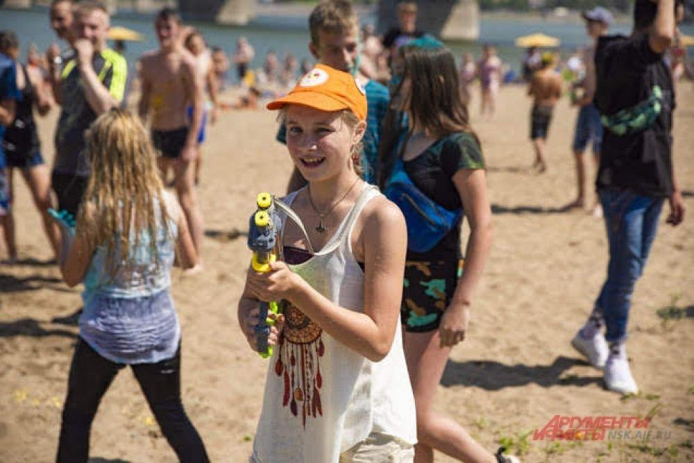 Детям забава пришлась по нраву — они даже стали вслух подсчитывать количество пораженных водными пистолетами людей.