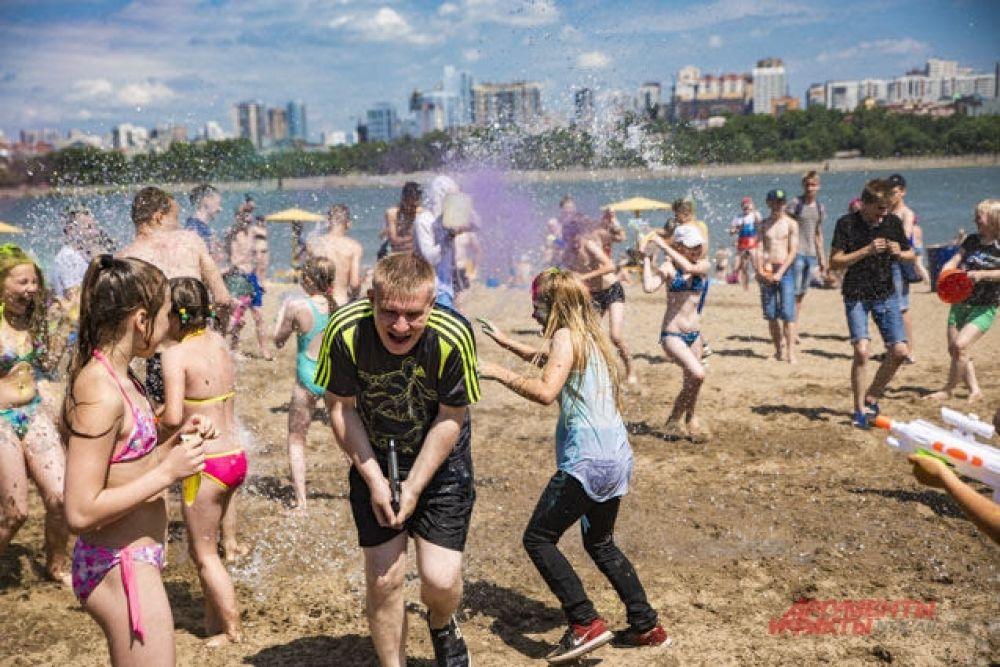 На пляже развернулся настоящий «речной бой». Уже через несколько минут его участники были мокрыми с головы до ног.