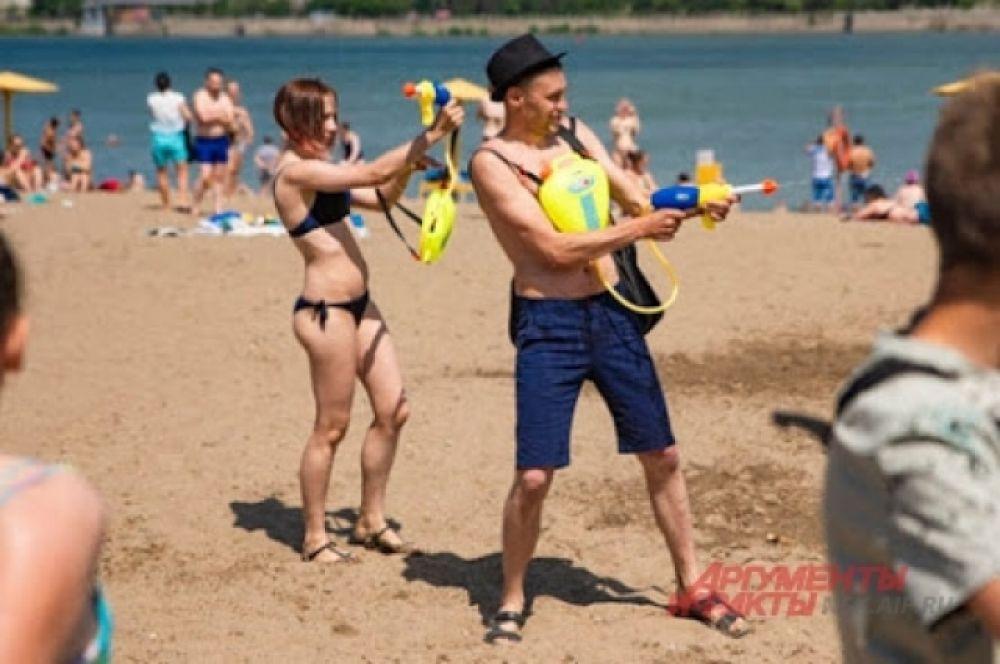 Люди тщательно подготовились к празднику, некоторые приобрели водяные пистолеты с емкостями для дополнительного запаса воды.