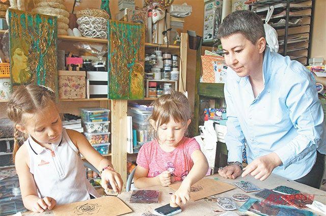 Юные посетители мастерской вместе с преподавателем создают шедевры. Развитие досуговых учреждений  в шаговой доступности – одна из задач программы «Мой район».