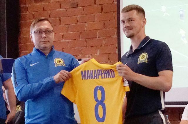 Алексей Оськин вручил новичкам «желто-синие» футболки клуба