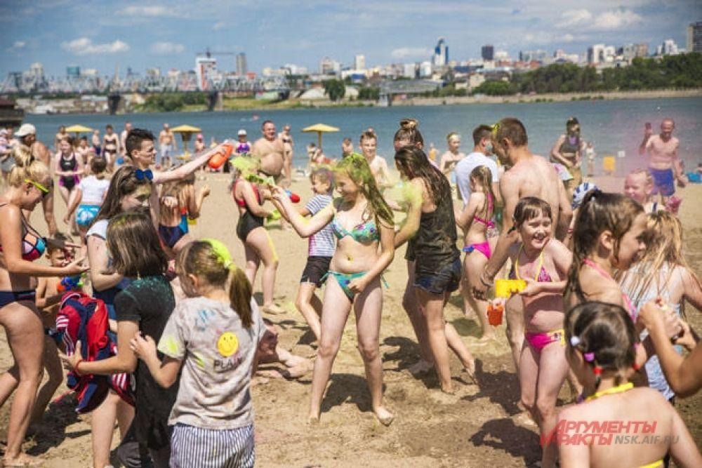 Параллельно с водяной битвой на пяже проходил фестиваль красок Холи-фест. Люди бросали друг в друга разноцветную краску, разукрашивая себя и окружающих во все цвета радуги.