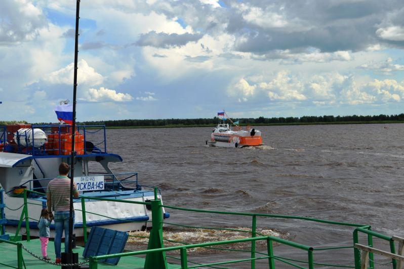 Ярко-оранжевый «Валдай» сразу привлек внимание жителей Ханты-Мансийска. Этот теплоход привезли в Югру в мае, и он готовится курсировать по речным просторам округа.