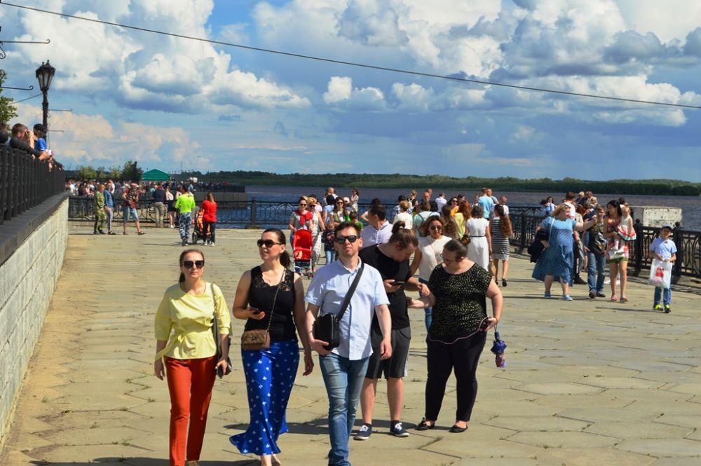 С набережной реки Иртыш открывался вид на проплывающий речной транспорт.