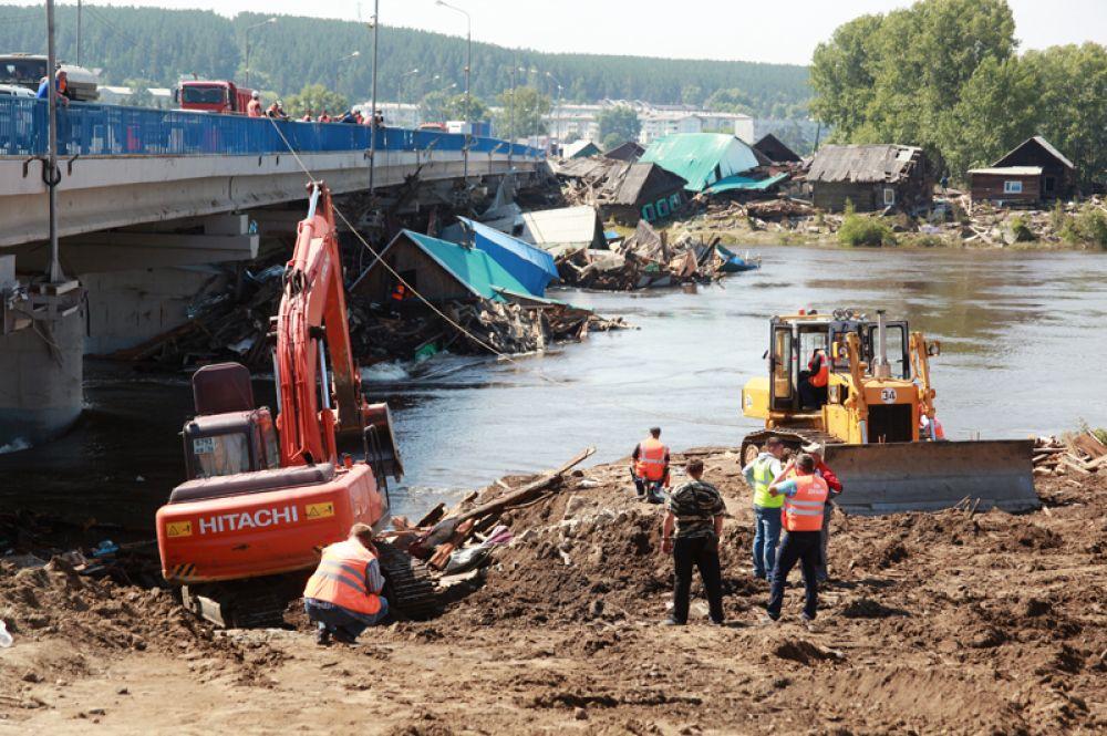Сотрудники дорожно-эксплуатационного предприятия занимаются аварийно-восстановительными работами в городе Тулуне Иркутской области.