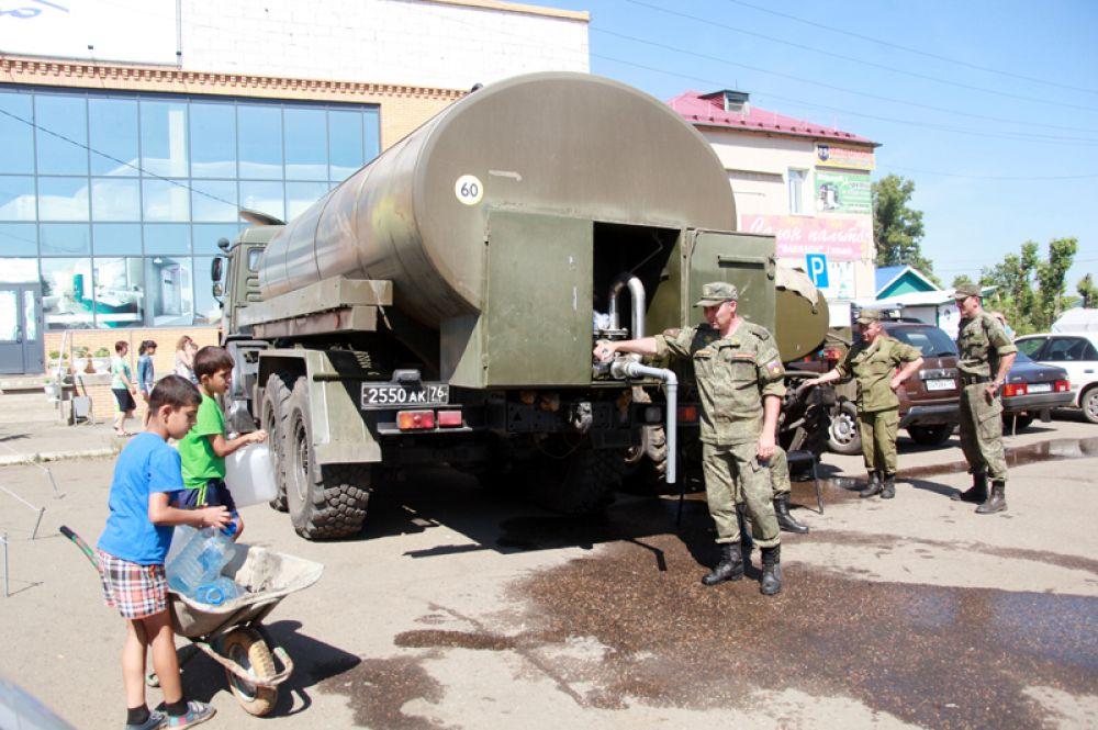 Раздача питьевой воды в Тулуне Иркутской области.
