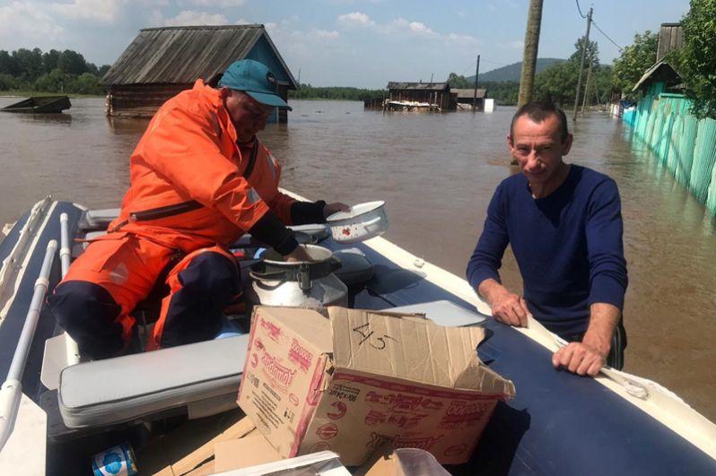 Сотрудники МЧС России эвакуируют людей во время спасательной операции в пострадавшем от наводнения городе Тулуне Иркутской области.