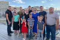 В семье семь сыновей и пять дочерей.