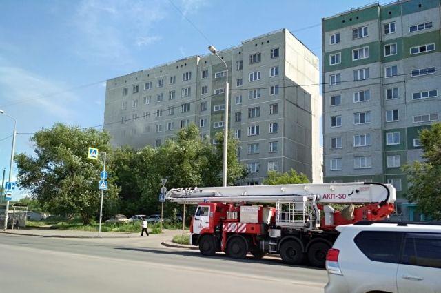 В Омске горит квартира в многоэтажке – работают спасатели и реанимация