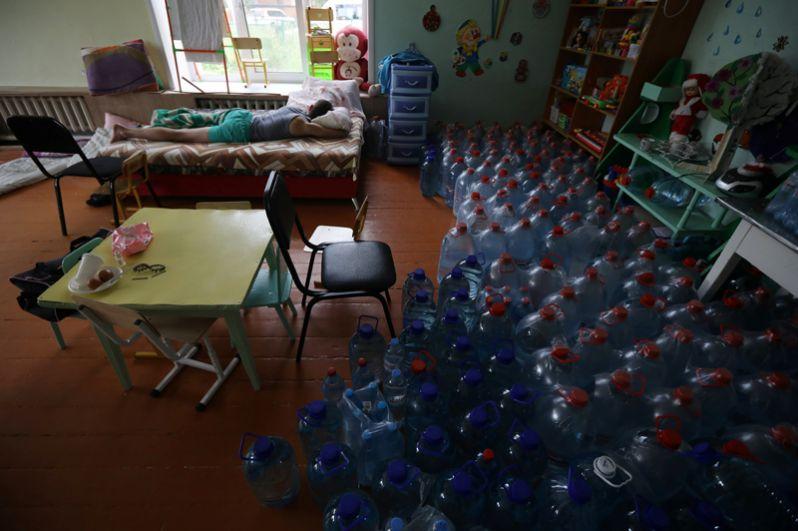 Мальчик отдыхает в здании школы в Тулуне, помещения которой используются в качестве временного приюта для пострадавших от наводнения.