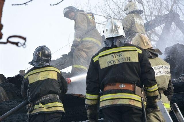 Когда на место происшествия приехали пожарные, здание было полностью охвачено огнём.