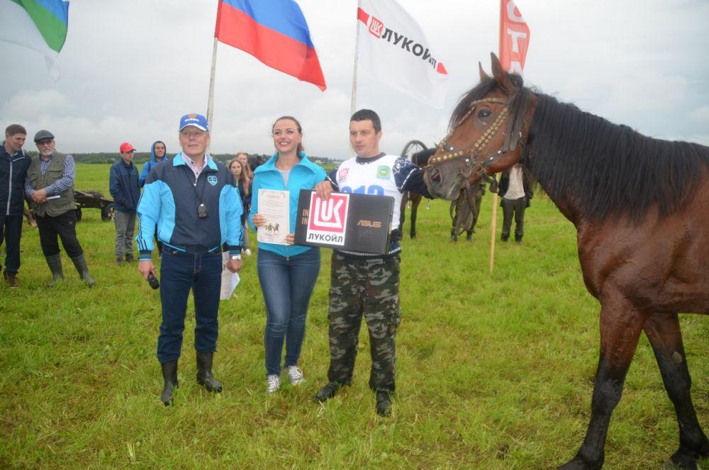 Абсолютному победителю в конных скачках Андрею Хозяинову (село Кельчиюр) вручили ноутбук.