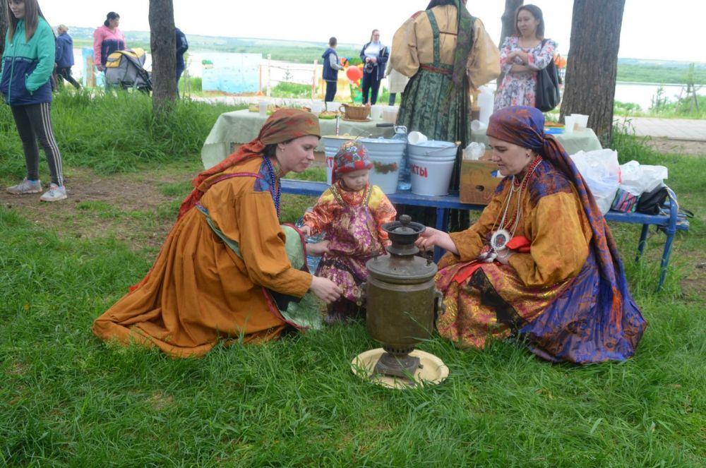 В десять часов вечера на свежескошенной части праздничного луга зажигаются родовые и семейные костры.
