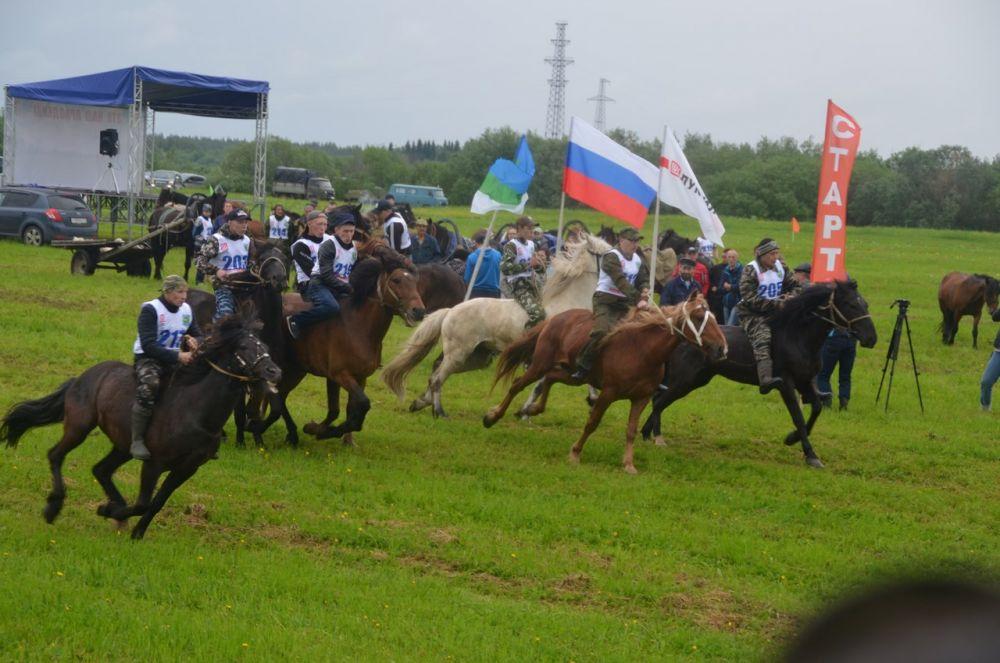 В начале XX века праздник начинался с того, что на острове собирались молодые всадники, которые прогоняли табун лошадей, тем самым вытаптывали площадку для гуляния, огибая остров. Время внесло свои коррективы в празднование. В настоящее время эта традиция преобразилась в спортивные конные скачки по заливному лугу. Здесь участвуют всадники со всего района, скачки проходят в 5 забегов («рысь», кобылы, жеребцы, мерины, общий забег).