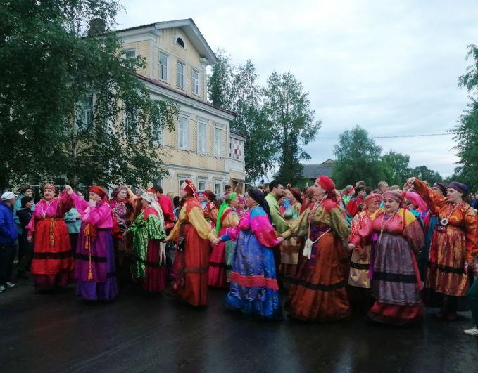 Празднование принято начинать с многокилометрового Ижемского шествия, точнее, дефиле, на которое участвующие женщины надевают старинные парчовые сарафаны, передающиеся по наследству.