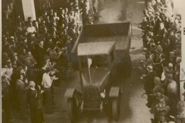 Первый уральский автомобиль сходит с конвейера.