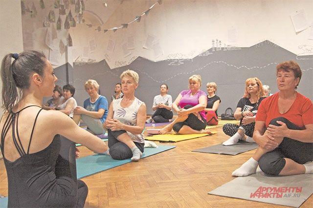Занятия йогой– одни изсамых популярных врамках программы «Московское долголетие».
