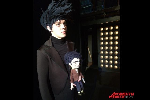 В спектакле два главных героя - живой и кукла.