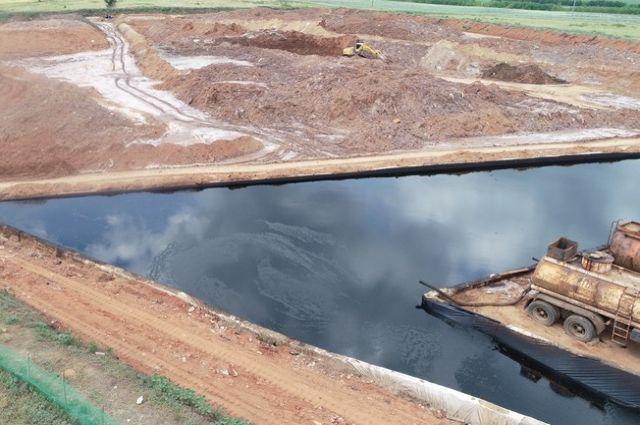 С площадки шламохранилища «Велеса» за два дня вывезено 1400 куб. метров нефтешламовых отходов.