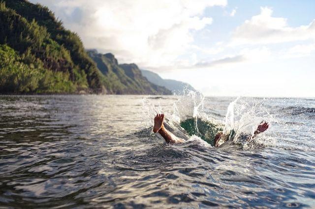 Мужчины уплыли на матрасе до середины озера и чуть не утонули.