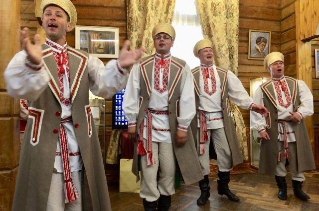Ансамбль из Беларуси спел в интерьерах Сибирского культурного центра.