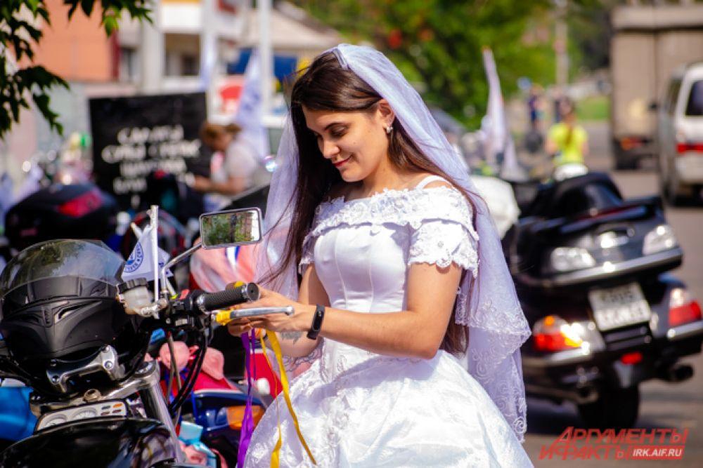 Ставший традиционным свадебный мотопрохват прошёл в Иркутске 6 июля.