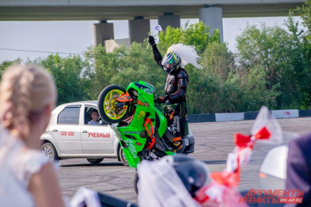 Мотоциклист даже встал «на дыбы».