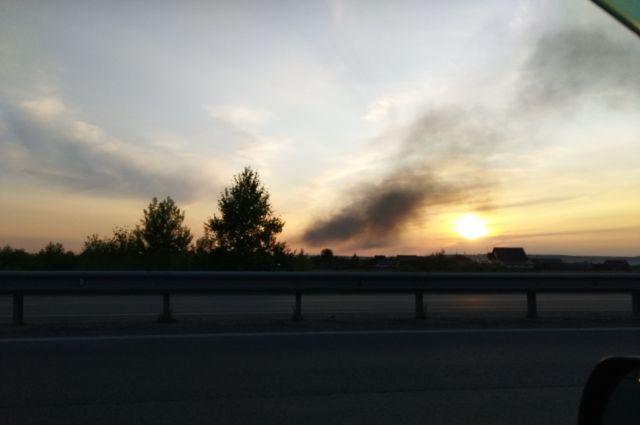 Жители разных районов Новосибирска заметили столб черного густого дыма над левым берегом.