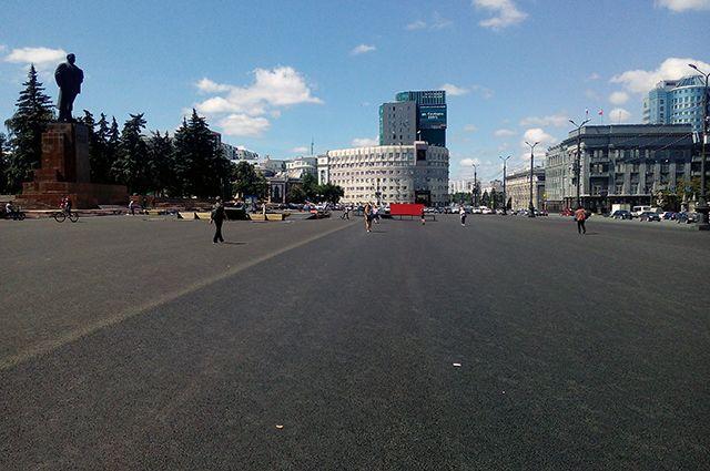 Площадь приобрела вид то ли плаца для маршей, то ли аэродрома.