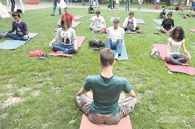 Медитировать в тиши парка на свежем воздухе сегодня считается модным.