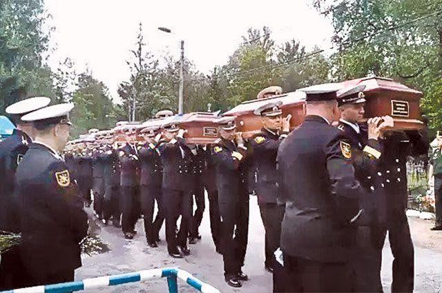 Похороны моряков-подводников на Серафимовском кладбище, Санкт-Петербург.