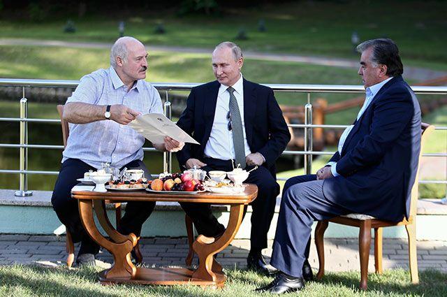 Александр Лукашенко, Владимир Путин и Эмомали Рахмон во время неформальной встречи в Минске.