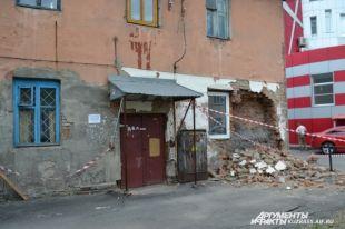 Дом по ул. Рукавишникова давно похож на жертву бомбёжки. Но аварийным его признали только в 2019 г.