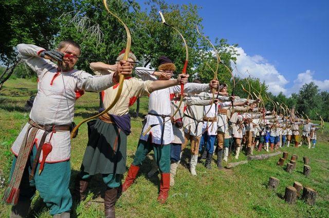 Отряд лучников - ребят учат меткости, заодно рассказывая историю стрельцов.