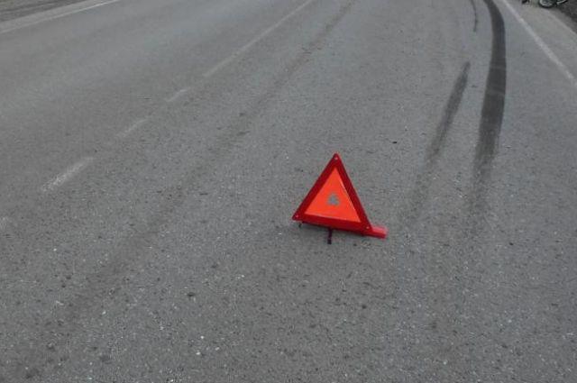 В районе улиц Мельникайте и Дамбовская в Тюмени перевернулся Mercedes