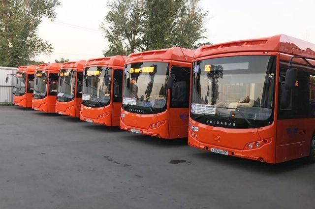 Сотрудники ГИБДД проверяют наличие тахографа, прохождение водителем автобуса медицинского осмотра и техническое состояние транспортных средств.