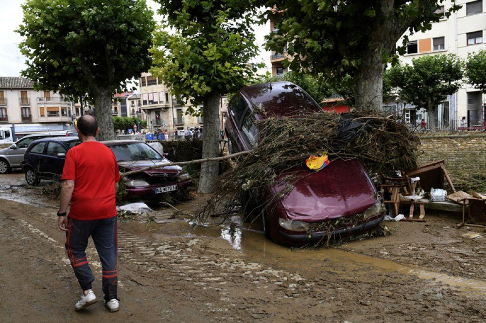Поврежденные автомобили на улицах Тафальи.