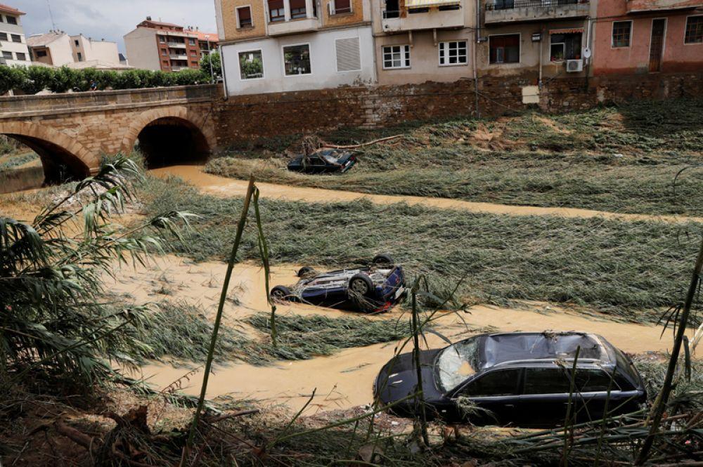 Автомобили на берегу реки после сильных дождей в Тафалье.